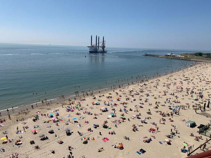 Drukte maar wel discipline op het strand van Vlissingen tijdens Hemelvaart.
