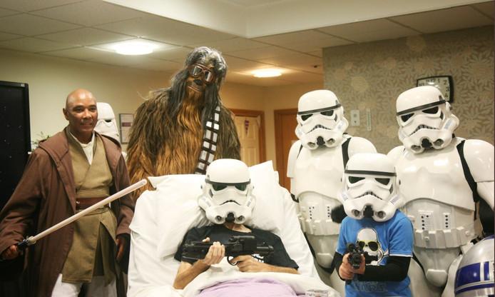 Une petite fête sur le thème de Star Wars a été organisée à l'hôpital où se trouve le patient en phase terminale. Il a pu voir également le film en avant-première.