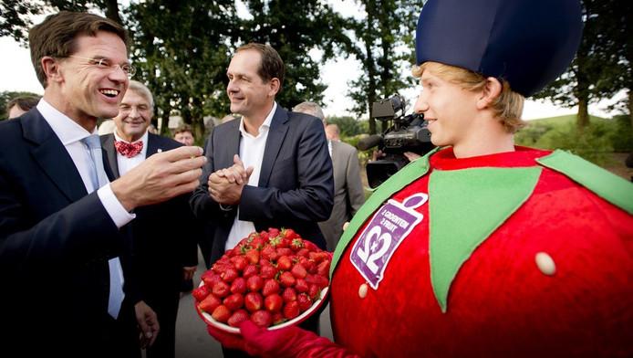 VVD-lijsttrekker Mark Rutte spreekt met bezoekers tijdens zijn verkiezingscampagne op de Floriade.