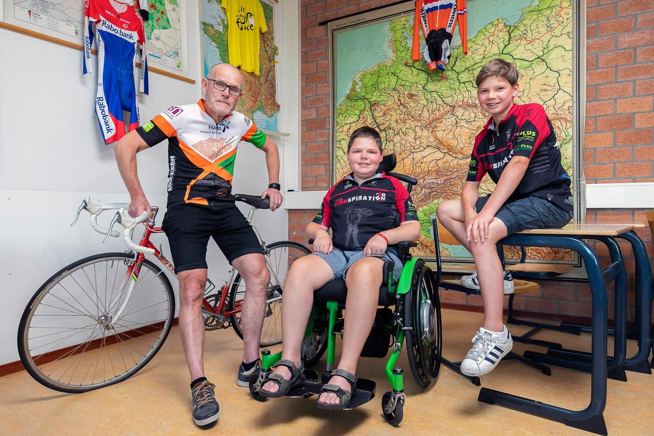 Docent Marinus de Bie (links) en leerling Hein Spuijbroek (rechts) fietsen sinds deze week óók voor Finn de Jong, die de ziekte van Duchenne heeft.