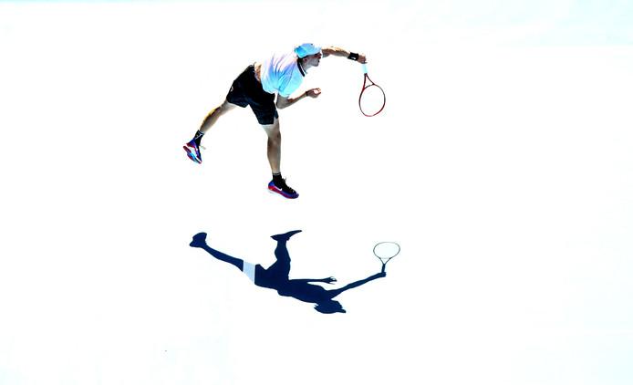 Denis Shapovalov serveert tegen Novak Djokovic.
