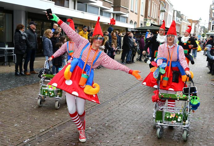De carnavalsoptocht in Gorinchem trok vooral veel bekijks op de Groenmarkt.