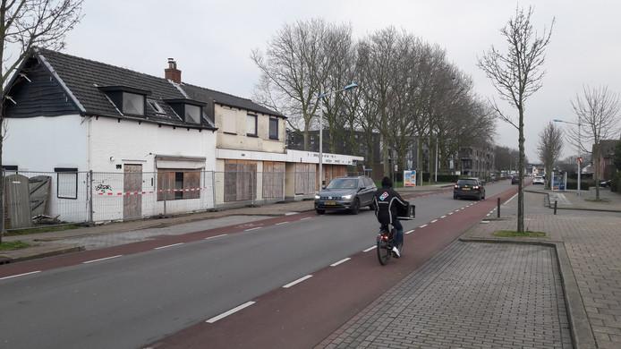 Binnenkort te slopen panden aan de Axelsestraat in Terneuzen, de hekken staan er al rond.
