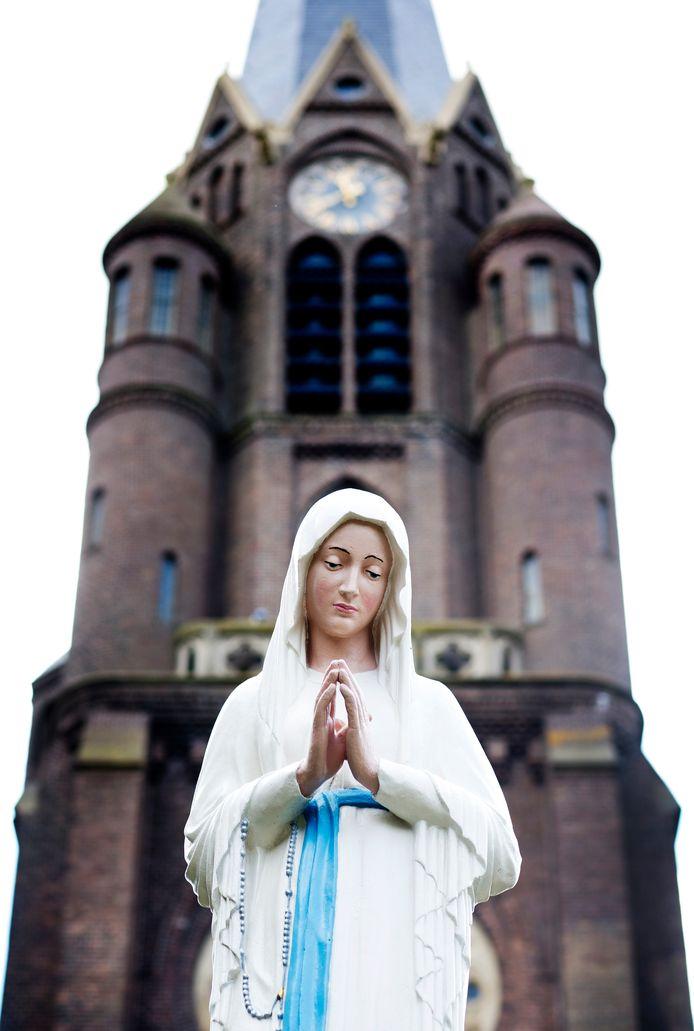 Het Mariabeeld wordt na renovatie teruggeplaatst op haar sokkel voor de Sint-Bartholomeuskerk. Nootdorper Noud Janssen heeft het beeld in ere hersteld.