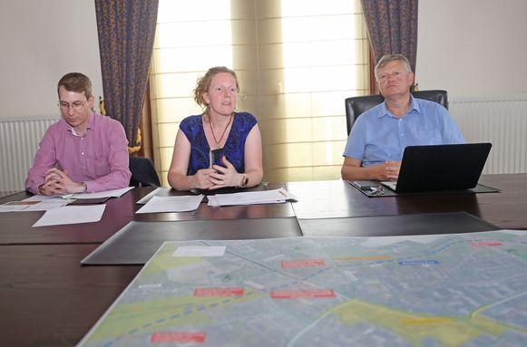 Projectmanager Kristof Goris, afdelingshoofd Anne-Séverine Poupeleer van AWV en burgemeester Koen Van Elsen stelden de plannen voor in de collegezaal.