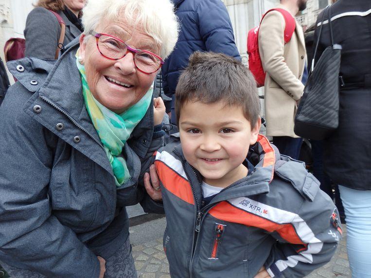 Jari Ruiter is met zijn oma Tine gekomen, maar is vooral met de kermis op de Dam bezig. 'Hoe oud moet ik zijn om in die snelle te mogen?' Beeld Schuim