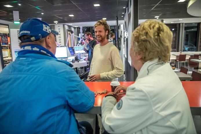 Wietze begroet fans Gesina Procee en Jaap Kolk. Foto: Frans Paalman
