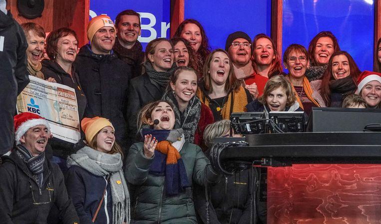 Het koor Maggie's Melody uit Dilbeek werd op het podium verrast door het koor OverStemKanker. Daarin zitten mensen die door kanker hun stembanden zijn kwijtgeraakt.
