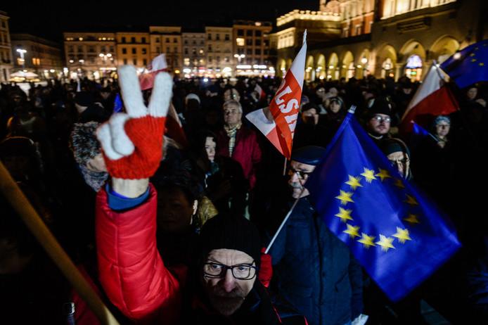 In Krakow gingen mensen deze week de straat op om te protesteren tegen de zogenaamde 'muilkorfwet'.