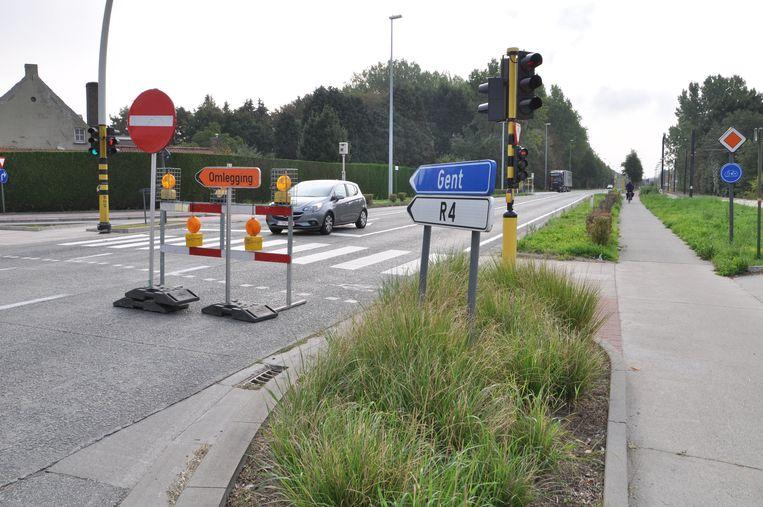 De Waalbrug is afgesloten in de richting van Gent