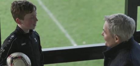Neefje (10) Herman Finkers krijgt lachers op z'n hand met grap over FC Twente