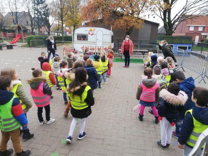 De leerlingen van daltonschool In 't Groen hebben de echte Sintcaravan op de speelplaats staan.