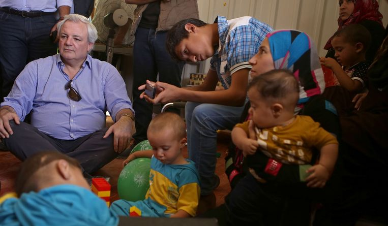 VN-topman Stephen O'Brien op bezoek in een vluchtelingenkamp Beeld AP