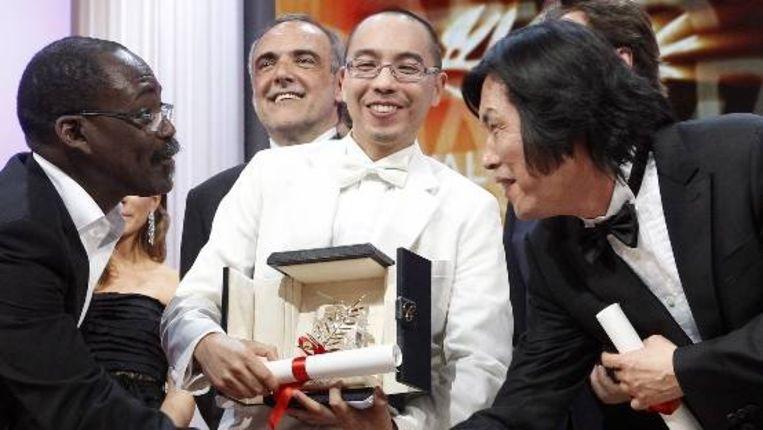 De Thaise regisseur Apichatpong Weerasethakul (midden, in het wit). (EPA) Beeld