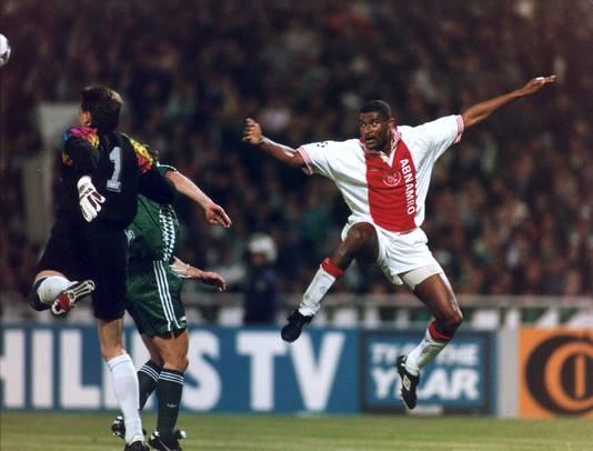 Winston Bogarde neemt het doel van Panathinaikos onder vuur. Na de 0-1 thuis rekende Ajax in 1996 in de return af met de Grieken.