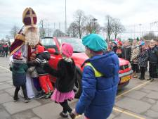 Kinderen Sint Jansteen zijn blij Sinterklaas te zien en geven hem op school een dikke knuffel