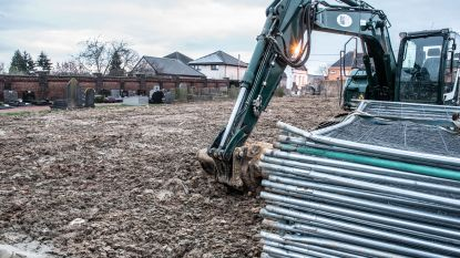 Begraafplaats slordig opgeruimd: gemeentepersoneel botst op oude resten bij delven van nieuw graf