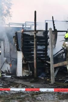 Schuur, auto en paardentrailer in de brand in Aardenburg