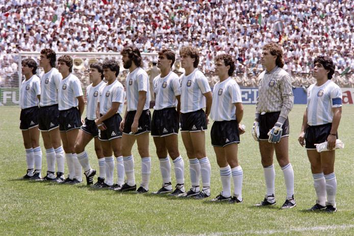 José Luis Brown (geheel links) voor de WK-finale op 29 juni 1986.