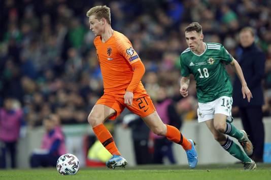 Frenkie de Jong aan de bal tegen Noord-Ierland.