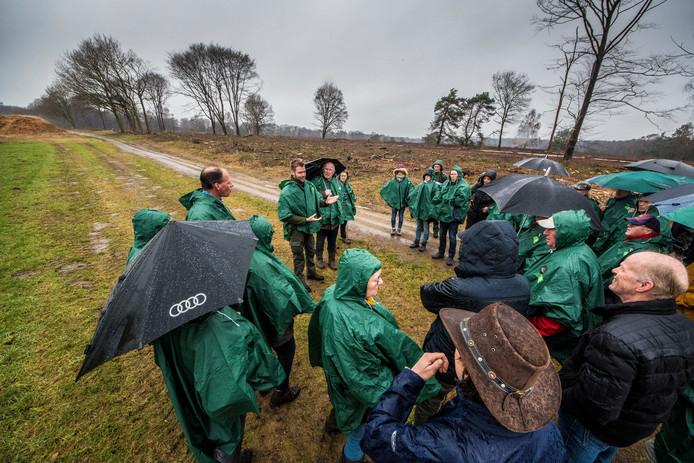 Boswachter Jeroen Buunen legt uit dat de kap van bomen op het Springendal nodig is voor meer diversiteit in het natuurgebied.