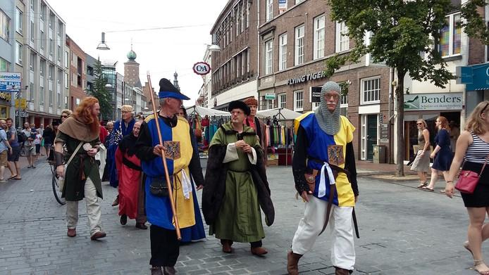 In middeleeuws gewaad door Nijmegen tijdens het Gebroeders Van Limburg Festival.