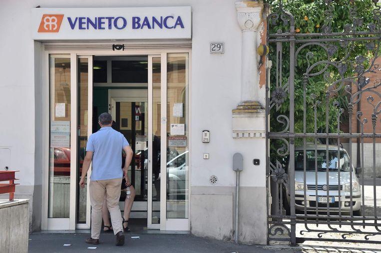Een filiaal van Veneto Banca in Rome. De problemen bij deze bank spelen al jaren. Beeld AFP
