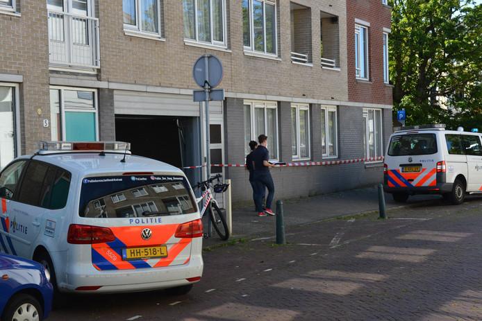 In deze garage aan de Rubensstraat in Den Haag is de overleden persoon aangetroffen.