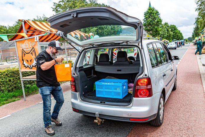 Drive Tru in Welberg, Harry de Vos plaatst een biertje bij een van de klanten deze middag.