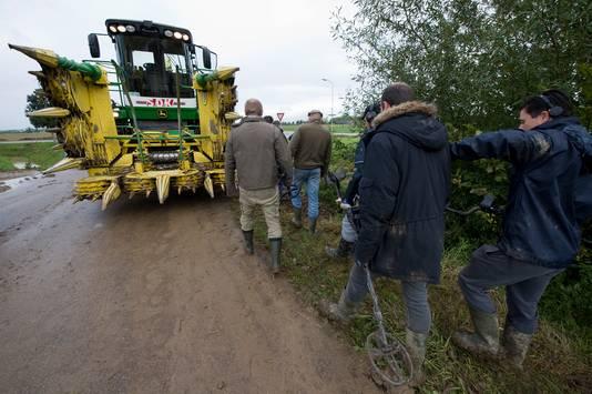 De hakselaar staat klaar om de gecontroleerde mais te oogsten.