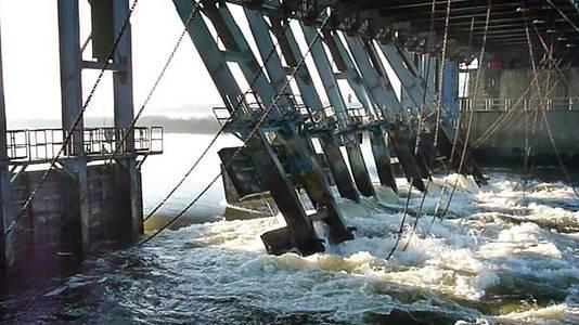 De schade aan de stuw bij Grave, die beschadigd raakte toen er een schip tegenaan voer.