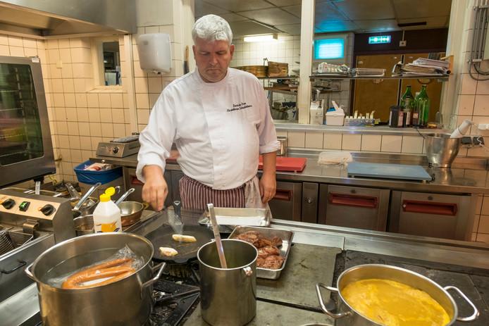 Bart de Bree aan het werk in de keuken.