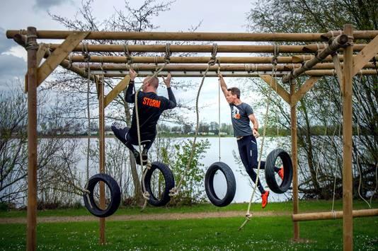 De routiniers Mark Dibbets (links) en Willem van den Akker proberen de achttien hindernissen in de Obstaclemudrun op de Gouden Ham alvast uit.