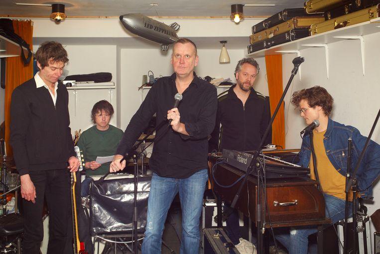 De band Johan in de oefenruimte in Amsterdam, met van links af gitarist Robin Berlijn, drummer Jeroen Kleijn, voorman Jacob de Greeuw, bassist Diets Dijkstra, toetsenist Jan Teertstra.  Beeld null
