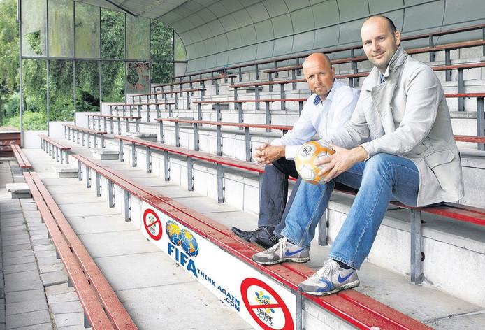 Sjaak Zonneveld (links) en Mark Schalekamp roepen iedereen op via hun website te protesteren tegen het organiseren van het WK 2022 in Qatar. © MARLIES WESSELS