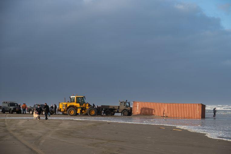 Onder andere op het strand bij Terschelling spoelden allerlei speelgoedproducten en diverse auto-onderdelen aan. Veel inwoners gingen het strand op om te kijken en namen dingen mee.
