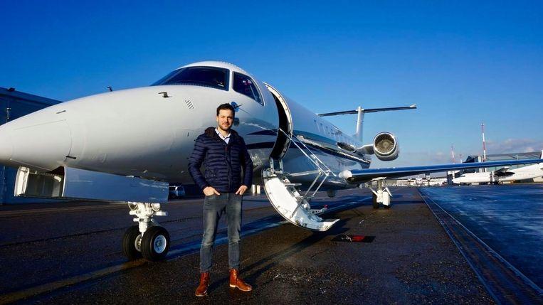 Jochen Zimmermann bij de privéjet die hij door het luchtruim stuurt.