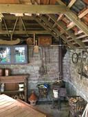 Het boereninterieur van het huisje dat Kees Beaart bouwde op het natuurterrein Natuurrijk. Een sfeertje dat zo van een doek van Franchoys Ryckhals kan zijn geplukt