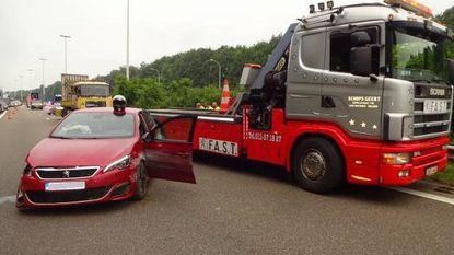 Dolle bestuurder rijdt vier auto's aan en crasht