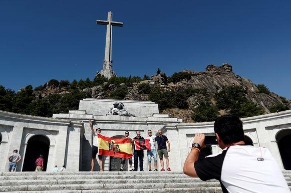 Het mausoleum in Valle de los Caidos is nog altijd een bedevaartsoord voor aanhangers van de dictator.  De man links aan de falangistische vlag maakt de fascistische groet. (foto uit augustus 2019).
