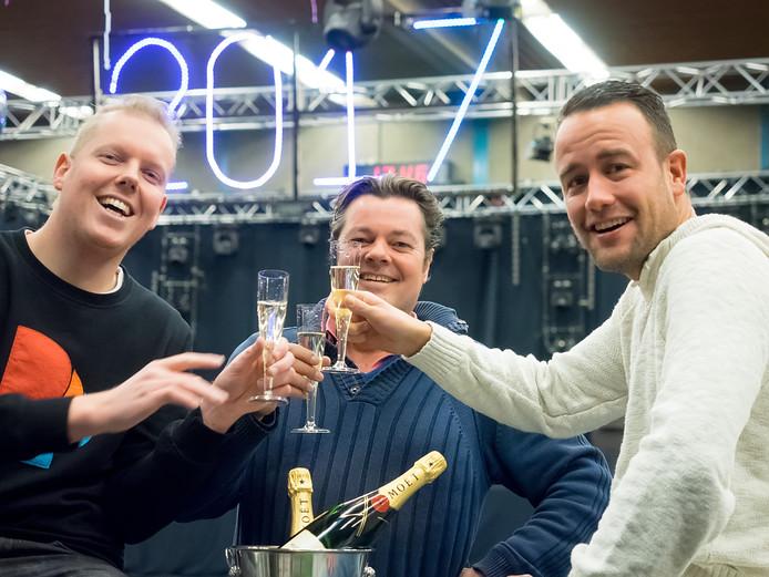 De organisatoren van het nieuwjaarfeest in de Rijnstreekhal proosten alvast op een goed jaar.