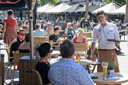 Op meerdere plekken in de Oldenzaalse binnenstad zijn de terrassen weer geopend.