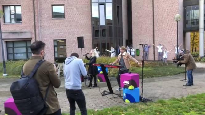 Tourbus van Joe verrast Sint-Trudo Ziekenhuis met coronaproof optreden van Regi