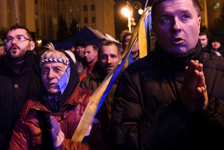 Mensen wachten voor de ambtswoning van de president in Kiev op de resultaten van de top.