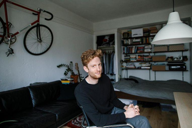 Arnout van der Maas (28) in zijn eenkamerwoning. 'Als ik hier niet terecht had gekund, zat ik nog steeds in een studentenhuis.' Beeld Marc Driessen