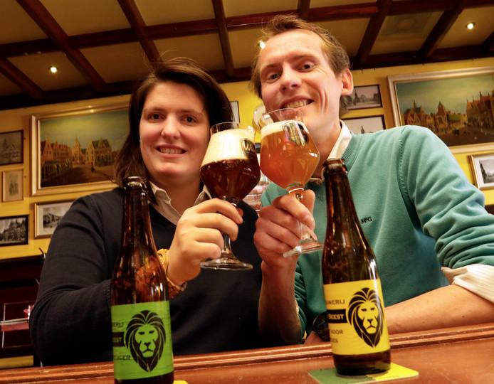 De bierbrouwers Sanneke Vermeulen en Bart Sinnema met een Niet voor de Poes en een Kroegtijger.