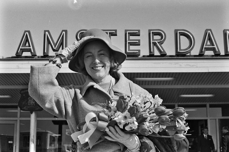 Vera Lynn in 1965 op Schiphol. De zangeres kwam naar Nederland voor een optreden op Bevrijdingsdag. Beeld ANP