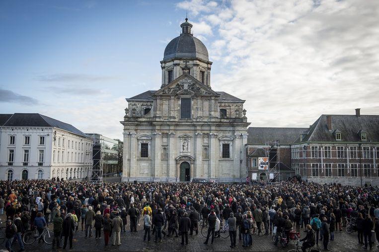 Afgelopen zaterdag, Gent. Het Sint-Pietersplein is volgestroomd met mensen die De Vos een laatste eer willen bewijzen. Beeld belga