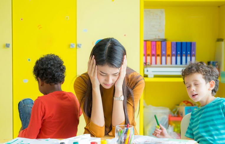 Een kleuterjuf met stress zou vroeger met pensioen kunnen, aangezien kleuters tillen of lawaaioverlast wordt aanzien als zwaar werk.
