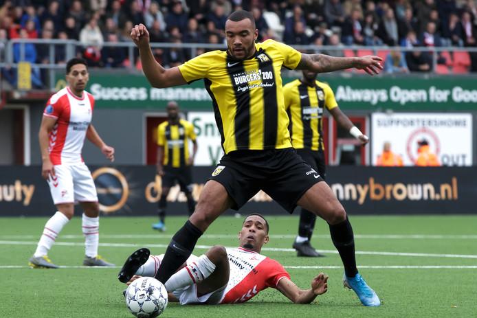 Jay Roy Grot  in duel met Michael Chacon van FC Emmen.